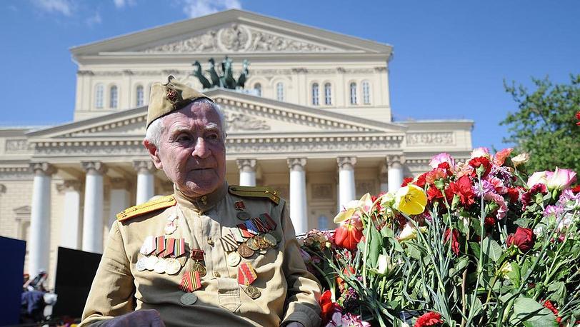 Ветеран у Большого театра во время празднования