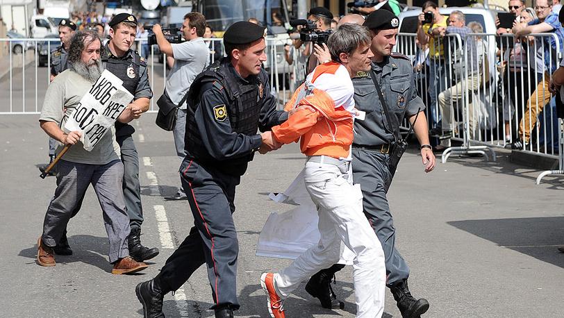 Задержание участников митинга возле здания суда