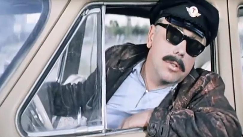 """Анатолий Папанов в роли Лёлика, прикидывающегося таксистом. """"Бриллиантовая рука"""" 1968 г."""
