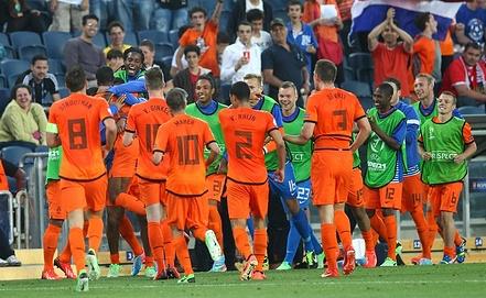 Голландские футболисты празднуют гол
