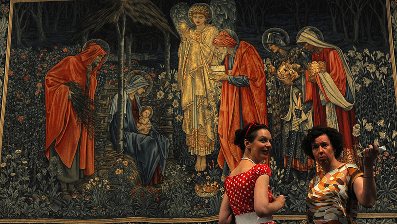 """Посетительницы у шпалеры художника Эдварда Берн-Джонса """"Поклонение младенцу"""""""