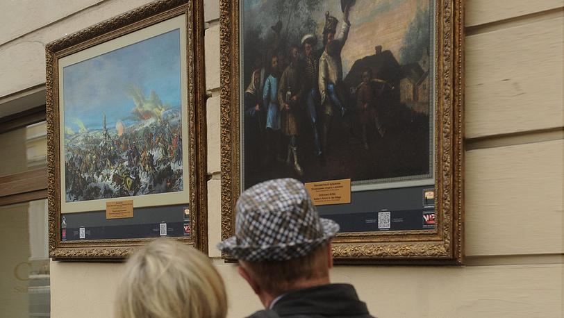 """У репродукций картин Дюпрессуара """"Переход французской армии через Березину в 1812 году"""" и неизвестного художника """"Возвращение солдата в деревню"""""""