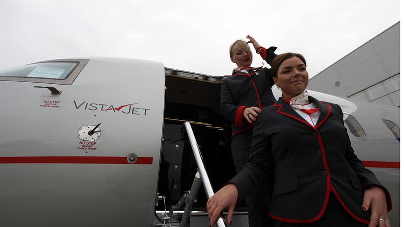 Стюардессы у самолета VistaJet Сhallenger 850