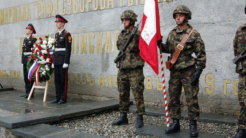 В церемонии по традиции участвуют не только русские, но и швейцарские военные