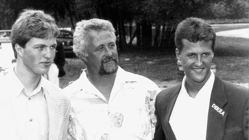 Михаэль Шумахер (справа), отец Рольф Шумахер и брат Ральф Шумахер (слева)