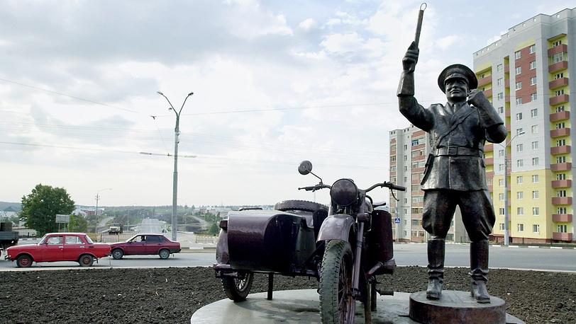 2004 год, памятник неподкупному инспектору в Белгороде