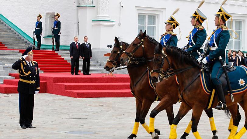 Владимир Путин и Дмитрий Медведев принимают парад Президентского полка на Соборной площади Кремля