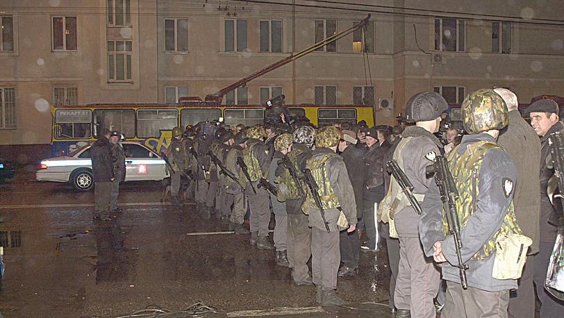 """Зона оцепления вокруг здания ДК ГПЗ Шарикоподшипник"""". 2002 год"""