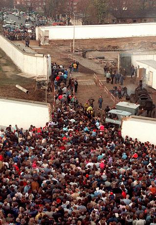 Открыта граница между двумя частями Берлина, 1989 год