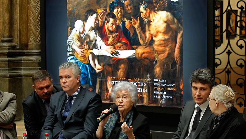 Директор Государственного музея изобразительных искусств Ирина Антонова (в центре)