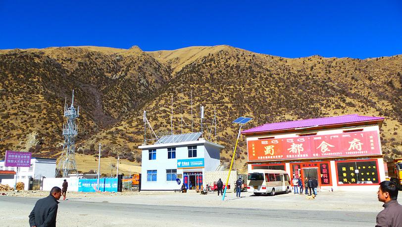 Деревня возле дороги в аэропорт