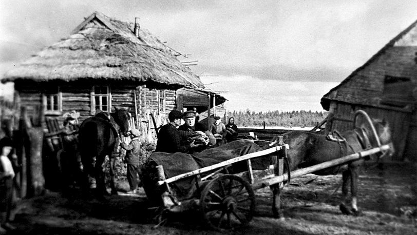 Крестьяне отправляют хлеб партизанам, 1941 год