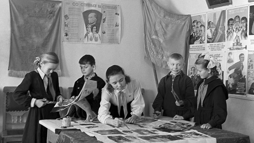 Пионеры, 1962. Фото ИТАР-ТАСС/Павел Морозов. В 1962 году форма школьников изменилась: исчезли  фуражки с кокардами и ремни с массивными пряжками.