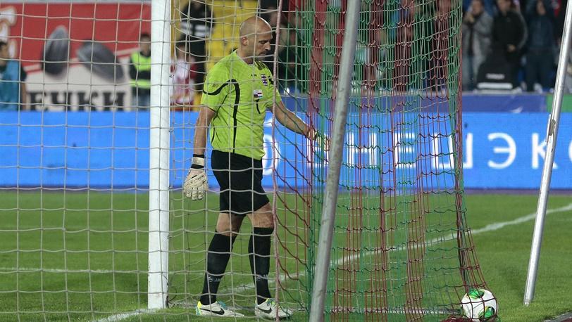 Жонатан Жубер вынимает очередной мяч в ворота сборной Люксембурга