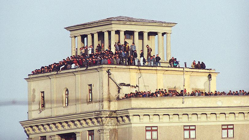 Москвичи наблюдают за штурмом Белого дома с соседних крыш. Фото ИТАР-ТАСС/ Роман Денисов