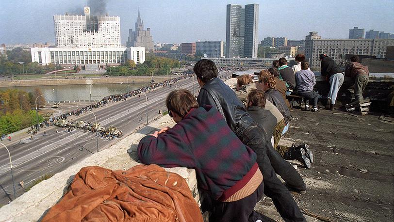 Жители Москвы наблюдают за обстрелом Белого дома. Фото ИТАР-ТАСС/ Игорь Зотин