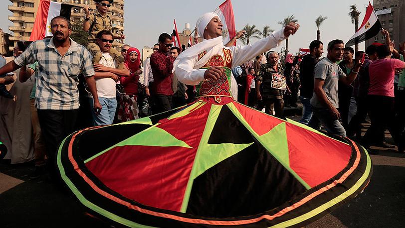Национальный танец во время митинга, приуроченного к 40-летию начала арабо-израильской войны в Каире. Фото EPA/AMEL PAIN
