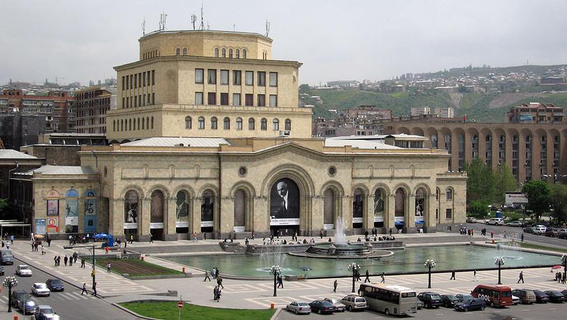 Здание Национальной галереи на площади Республики. Фото ИТАР-ТАСС/ Андрей Бабушкин