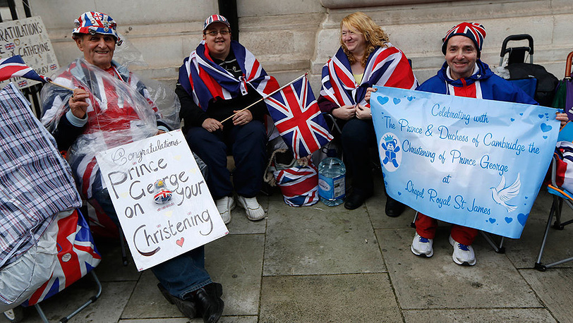Поклонники британской королевской семьи возле часовни Сент-Джеймского дворца в Лондоне. Фото AP Photo/Sang Tan