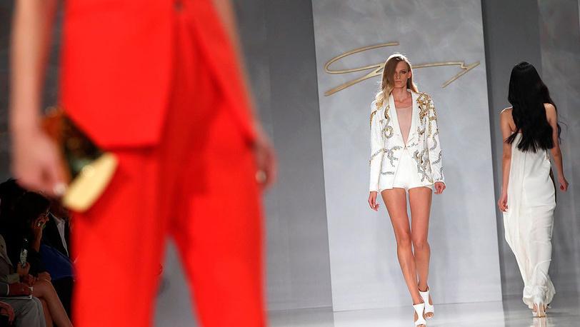 Модели от  дома моды Женни.EPA/DANIEL DAL ZENNARO