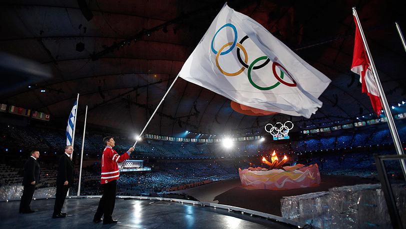 1 марта 2010 года на церемонии закрытия зимней Олимпиады-2010 в Ванкувере Жак Рогге передал олимпийский флаг мэру Сочи Анатолию Пархомову. Фото AP Photo/Jim Young, Pool