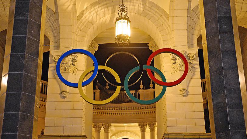 Олимпийские кольца, установленные на железнодорожном вокзале в Сочи за 100 дней до начала зимних Олимпийских игр 2014. Фото ИТАР-ТАСС/ Артур Лебедев