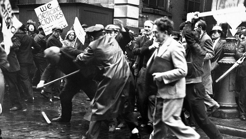 Столкновения безработных и полиции на  Лафайет-стрит, Нью-Йорк, 26 мая 1934 года. Фото АР