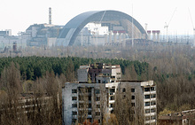Вид на строительную площадку нового саркофага для четвертого энергоблока Чернобыльской АЭС, на которой произошла авария в ночь с 25 на 26 апреля 1986 года