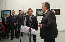Андрей Карлов (справа) в галерее современного искусства в Анкаре, 19 декабря