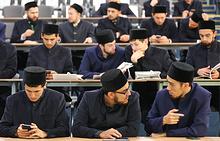 Студенты на церемонии вручения студенческих билетов в Болгарской исламской академии