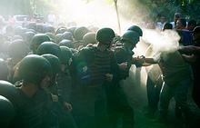 """Бойцы Национальной гвардии Украины у здания Ильичевского городского суда во время столкновения с активистами, недовольными вынесением оправдательного приговора активистам """"антимайдана"""" по делу о беспорядках в Одессе 2 мая 2014 года"""