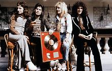 Группа Queen с золотым диском первого альбома, Токио, 1974