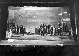 Сцена из спектакля «Раскинулось море широко» Ленинградского театра музыкальной комедии
