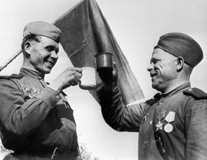 Тост за Победу и за боевых товарищей.Берлин. 1945 г.