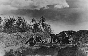 Немецкие солдаты перемещаются по рву на подступах к Ленинграду. 1941 г.