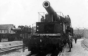 Артиллерийский расчет французской 340-мм пушки М 1884 на железнодорожном транспортере.