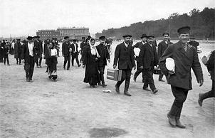 Военнообязанные идут в казармы через Марсово поле 1 августа 1914 года. Фото ЦГАКФФД Санкт-Петербурга
