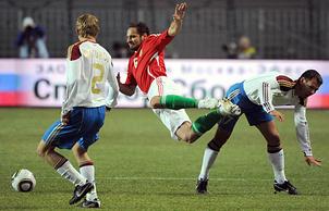Эпизод из матча между сборными Венгрии и России (Фото - EPA/TIBOR ILLYES)