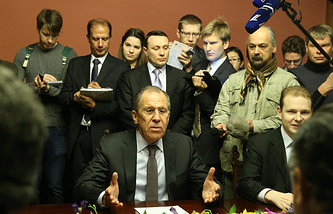 Russia's foreign minister Sergei Lavrov (C)