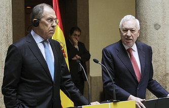 Russian Foreign Minister Sergei Lavrov (L), and his Spanish counterpart, Jose Manuel Garcia-Margallo (R)