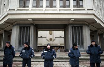 Ukrainian policemen stand line near the building of Crimea autonomy parliament (archive)