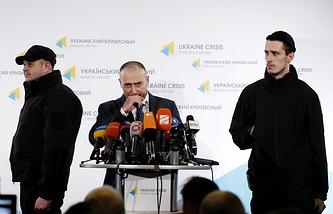 Dmytro Yarosh (center)