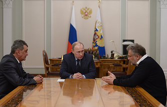 Vladimir Putin (center) in a meeting with Sergei Menyailo (left) and Alexei Chalyi