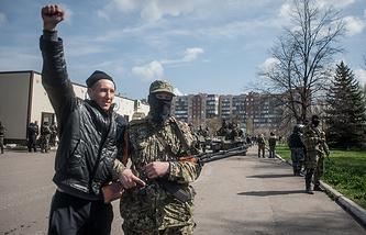 Federalization supporters in Ukraine's Sloviansk