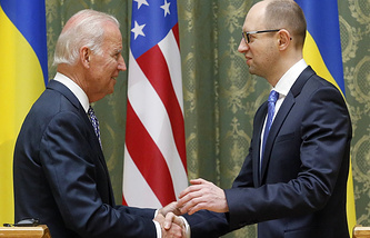 Arseniy Yatsenyuk (R) meets with US Vice President Joe Biden