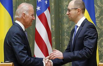Arseniy Yatsenyuk (R) meets with US Vice President Joe Biden