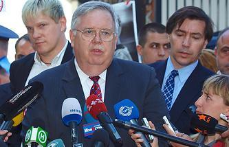 John Tefft (center)