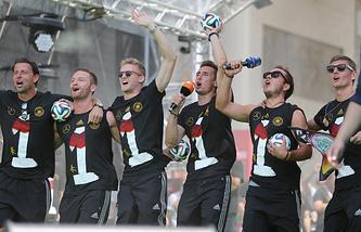 German national soccer players Roman Weidenfeller (L-R), Shkodran Mustafi, Andre Schuerrle, Miroslav Klose, Mario Goetze and Toni Kroos celebrate during the reception of the German national soccer team in Berlin