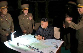 North Korean leader Kim Jong-un (center) inspects military drills (archive)