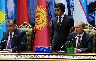 Tajikistan's President Emomali Rahmon (left) and Russia's President Vladimir Putin (right) at the Shanghai Cooperation Organization summit